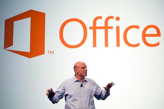 Steve Ballmer bemutatja az új csomagot (Fotó: Microsoft)